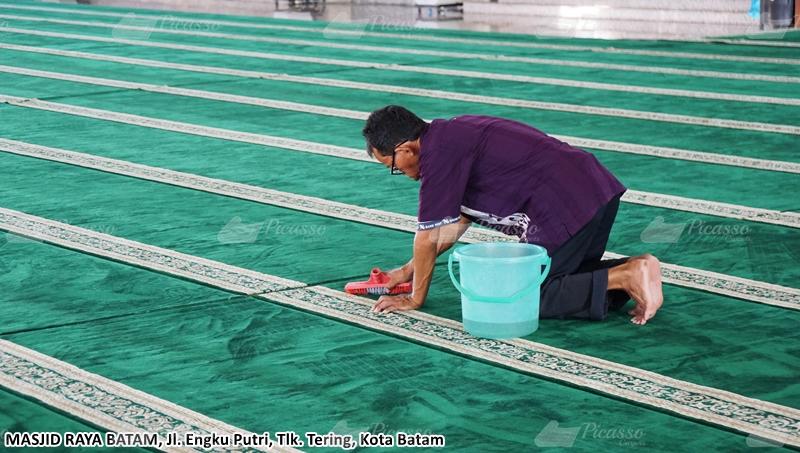 Tukang Bersih Masjid Raya Batam, Melayani Dengan Penuh Keikhlasan